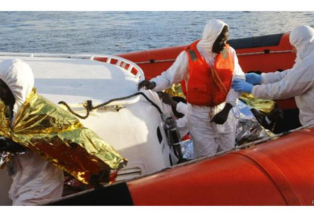 غرق سفينة تقل نحو 700 مهاجر بالمتوسط
