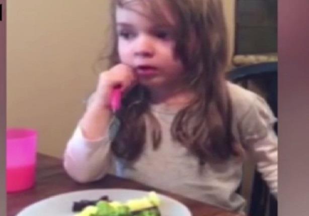 طفلة متأثرة جدا وهي تغني