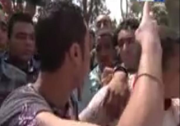 طالب بالازهر يصيح في زملائه بترديد شعار رابعة وهم يردون عليه: