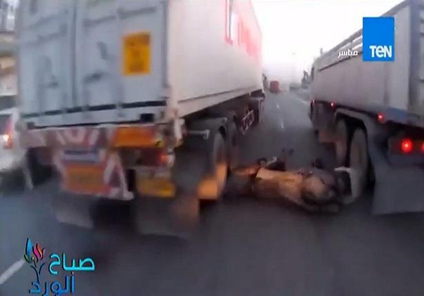 العناية الألهية تنقذ رجل من موت حقيقي بعد انقلابه بالموتوسيكل علي الطريق