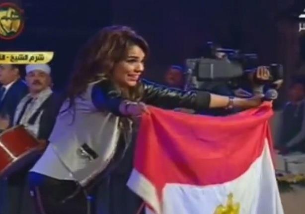 أمينة أشعلت المسرح بأنغام أغنية بشرة خير و الأجانب يرقصون