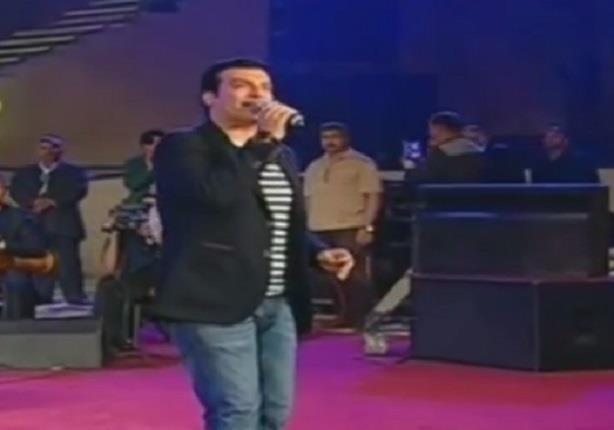 """المسرح يشتعل بحماسة الجماهير عند غناء إيهاب توفيق أغنية """"تسلم الأيادي"""""""