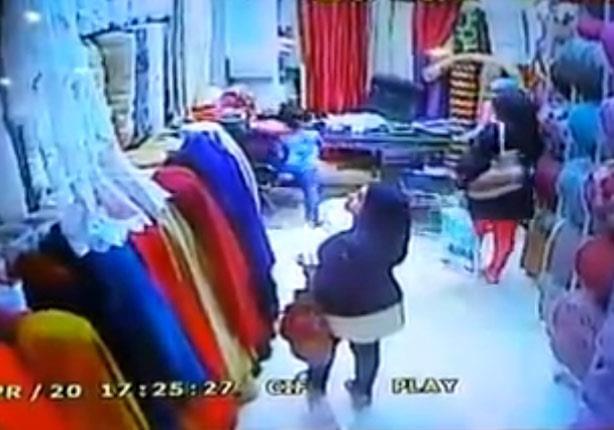فتاة تستخدم طفلاً مدرباً في سرقة المحال التجارية بالبحيرة