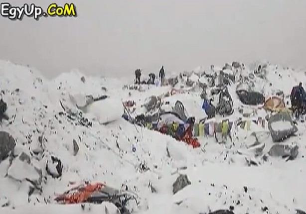لحظة إنهيار جبل أيفرست بعد زلزال جبال الهيمالايا