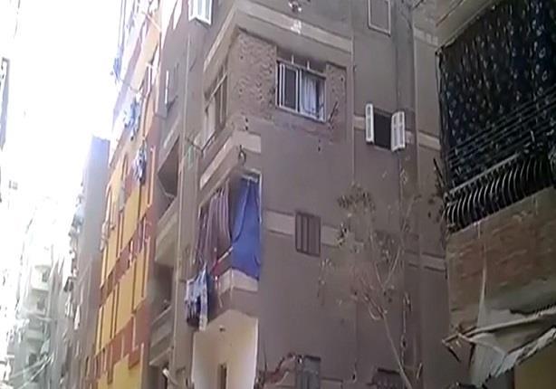 لحظة انهيار عمارة سكنية بحي المعادي في القاهرة