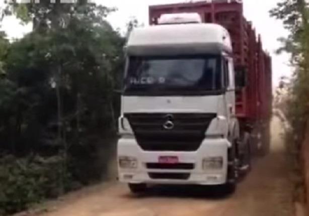 فيديو يظهر لحظة انقلاب شاحنة محملة بالأخشاب