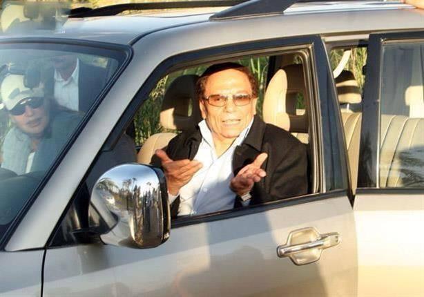 بالصور.. سيارة هدية للزعيم عادل إمام بمناسبة عيد ميلاده