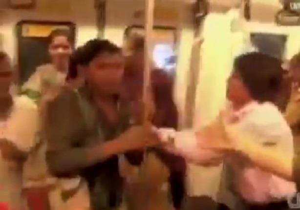 سيدات الهند يصفعن أي رجل يصعد لعربات السيدات بالمترو
