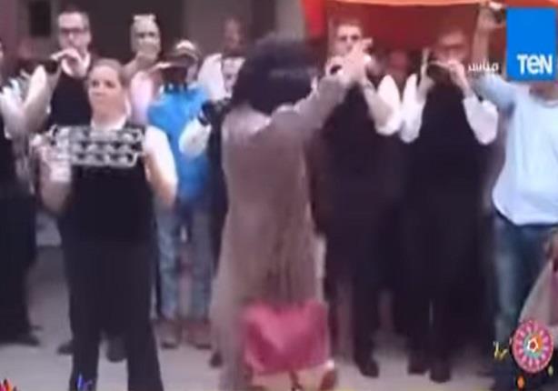 """فتاة منتقبة تفاجئ الناس """"بوصلة رقص"""" على أحد أنغام الفرق الشعبية في  المغرب"""