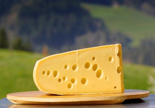 باحثون يكشفون السر وراء تراجع عدد الثقوب التقليدية في الجبن السويسري