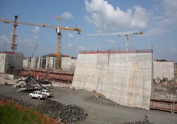 لماذا يتم تركيب بوابات عملاقة على قناة بنما؟