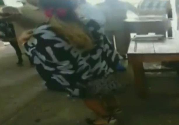 """أول فيديو لترحيل ياسمين النرش """"سيدة المطار"""" لسجن القناطر"""