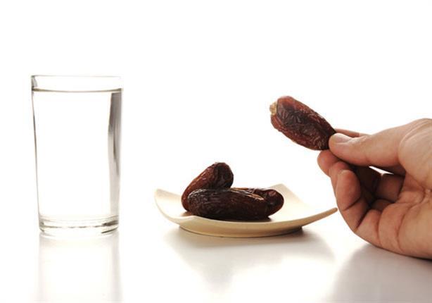أربع عادات خاطئة عند الإفطار.. أحذرهم