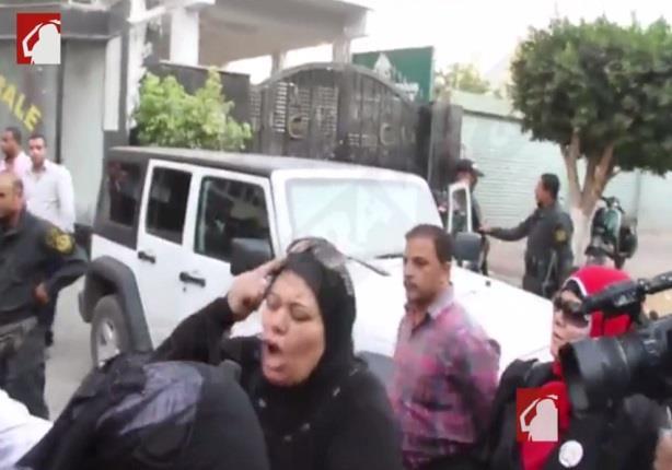 """بالفيديو- سيدة تصرخ من موقع انفجار موكب النائب العام: """"بلغوا عن الإرهابيين"""""""
