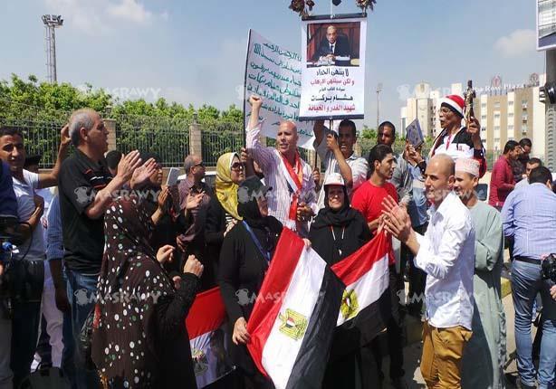 """بالفيديو والصور.. مواطنون في جنازة النائب العام: """"اعدام الإخوان"""" و""""إلا السيسي"""""""