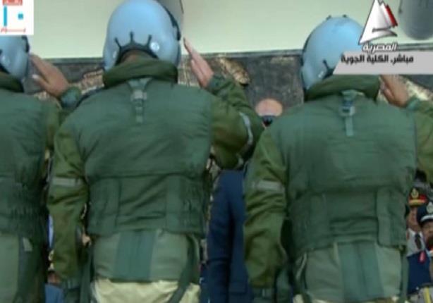 طاقم الطائرة رافال يهدى الرئيس السيسى جاكت الطيران