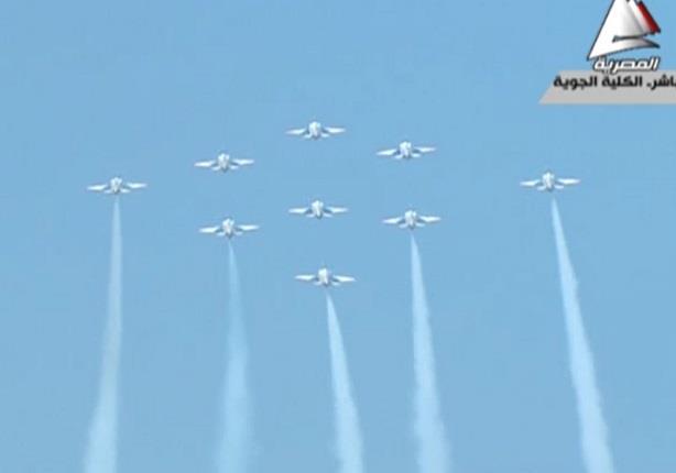 الطائرات الحربية تقدم عرضا جويا على انغام الموسيقى اثناء حفل خريجي القوات الجوية