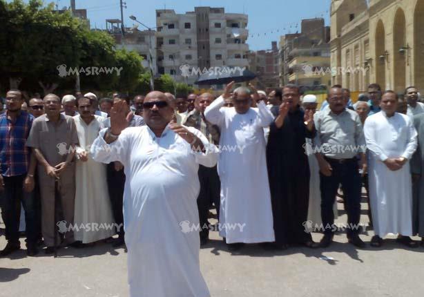 بالصور.. أهالي دسوق يؤدون صلاة الغائب على أرواح النائب العام والشهداء