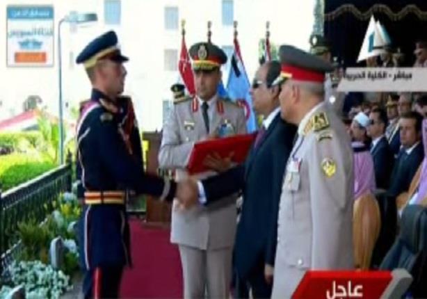 الرئيس السيسي يقلد أوائل خريجي الكليات والمعاهد العسكرية أنواط الواجب