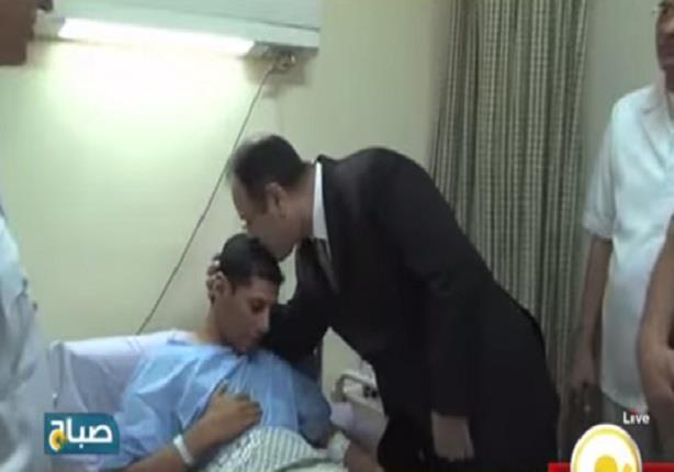 وزير الداخلية يقبل رأس أحد مصابي القوات السلحة في الاحداث الاخيرة أثناء زيارته لهم في المستشفى