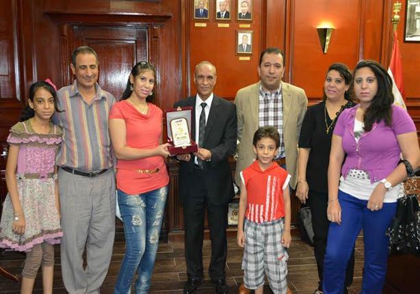 محافظ الأقصر يكرم الطالبة فازت بالمركز الأول على الجمهورية في الثانوية الفندقية
