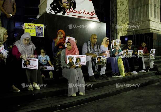 بالفيديو والصور - وقفة بالشموع أمام نقابة الصحفيين للمطالبة بالإفراج عن المحبوسين