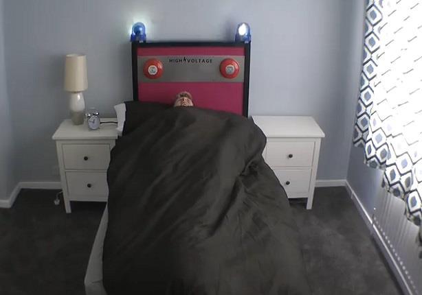 بريطاني يبتكر سريراً يقذف صاحبه عند الاستيقاظ