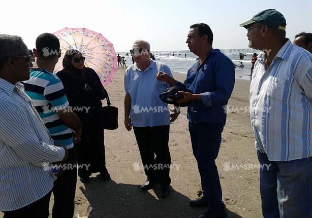 """بالصور.. بعد تقرير """"مصراوي""""..محافظ بورسعيد يتابع نتائج الحملات على الشاطئ"""