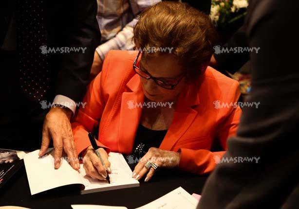 بالصور.. حفل توقيع كتابين للرئيس السادات بحضور السيدة جيهان