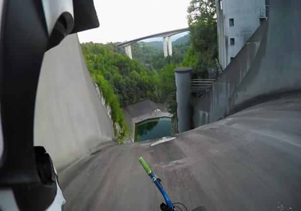 سائق دراجة يهبط عن قمة سد ارتفاعه 200 متر