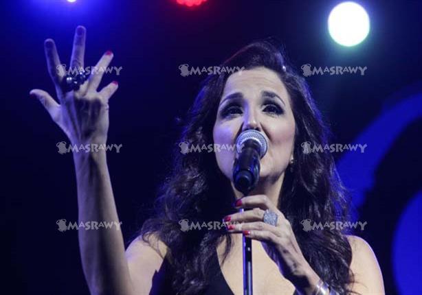 """بالصور.. """"تانيا صالح"""" تشعل مسرح الجامعة اليونانية وتغني لمصر"""