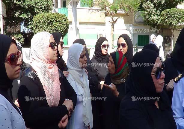 بالصور-زوجة شهيد سجن المستقبل ترتدي الأبيض في جنازته العسكرية