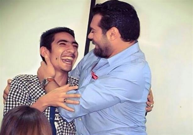 """بالفيديو - عمرو يوسف يحتضن شاباً سأله """"إيه اللي يثبت إنك بجد؟"""""""