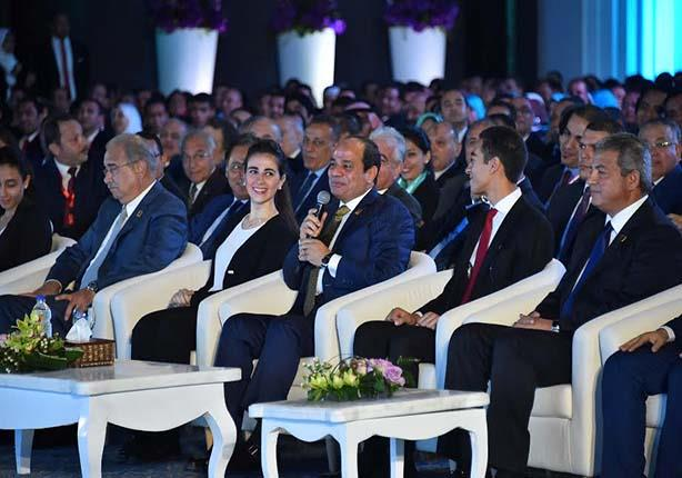 مَن هي الفتاة الجالسة بجوار السيسي التي شغلت المصريين؟