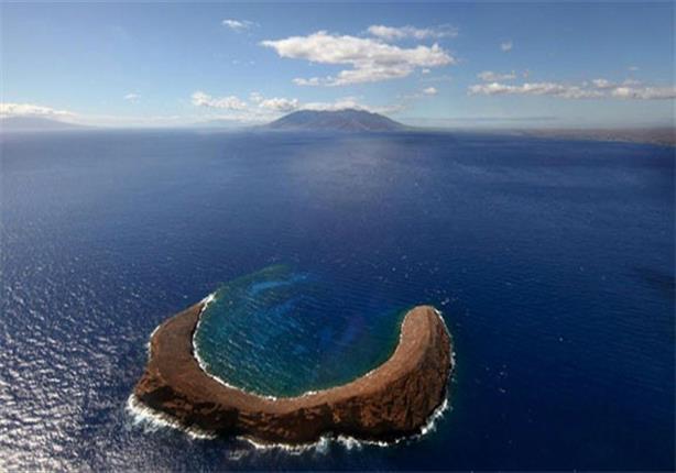 """بالصور.. تعرف على أغرب جزر العالم أخذت شكل """"هلال"""" لهذا السبب!"""
