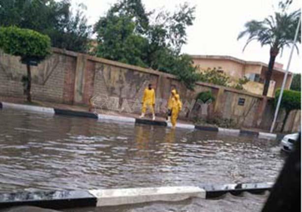 الأمطار تُغرق مناطق بالإسكندرية.. وشلل مروري بالطرق الر