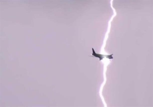 بالفيديو.. البرق يصعق طائرة تابعة للخطوط الجوية الإماراتية