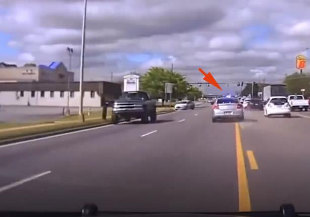 بالفيديو ما الذي يدفع مواطناً لمطاردة سيارة شرطة؟