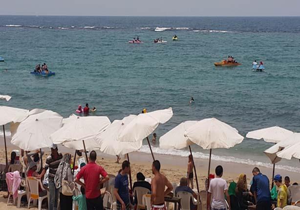 بالصور- شم النسيم يعيد الحياة لشواطىء عروس البحر المتوسط