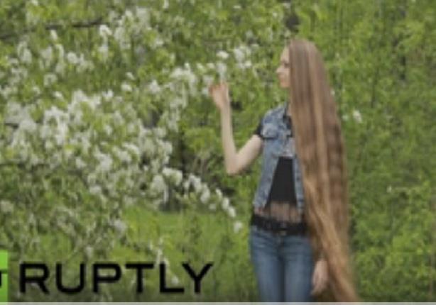 حسناء روسية شعرها يكاد أن يلامس الأرض