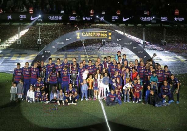 بالصور- برشلونة يحتفل بثنائية الدوري والكأس بدون ميسي