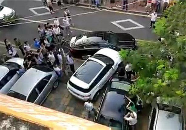 """بالفيديو.. فتاة متهورة تدمر سيارة """"جاجوار"""" بسيارتها الـ""""رانج"""""""