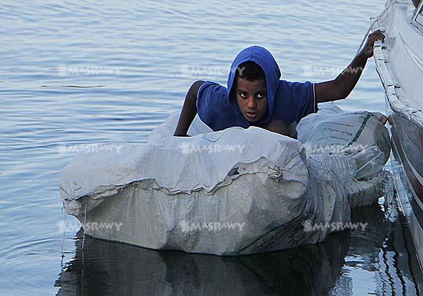 """في النوبة الحاجة أم الاختراع.. السير في المياه بـ """"الشبشب"""" و """"الشوال"""" -(صور)"""