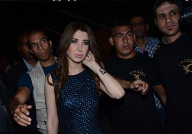 فستان نانسي يخدع المصورين بتمزقه.. إليك الحقيقة