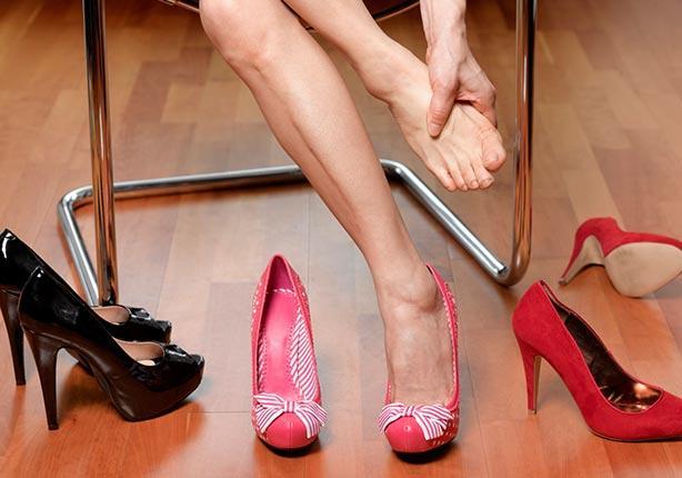 كيف يمكنك ارتداء الكعب العالي دون أن تؤذي قدميك؟
