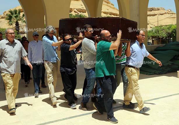 9 صور ترصد لحظة وصول جثمان محمد خان لمسجد الكويتي لتشييع الجنازة