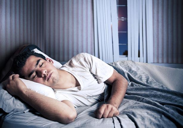 لماذا لا تقع عن سريرك رغم تقلبك الدائم؟.. إليك التفسير العلمي!