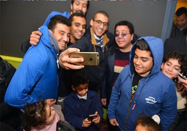 """بالصور- أحمد آدم يحتفل بـ""""القرموطي"""" وسط جمهوره"""