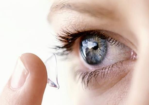 طبيب يحذر: العدسات اللاصقة التي تُباع في الصيدليات والكوافير قد تسبب العمى