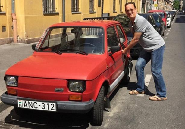 سكان مدينة بولندية يحققون أمنية توم هانكس بامتلاك سيارة فيات 126 (صور)